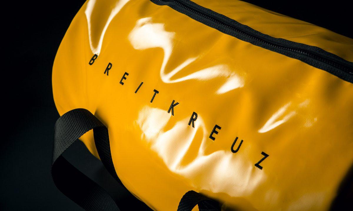 Breitkreuz Sporttasche aus gelber Plane Logo