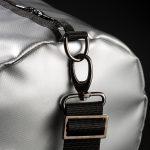 Breitkreuz Sporttasche aus silberner Plane Detailansicht