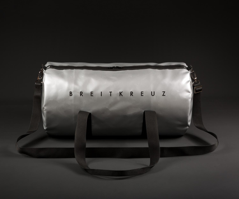 Breitkreuz Sporttasche aus silbernem Planenstoff