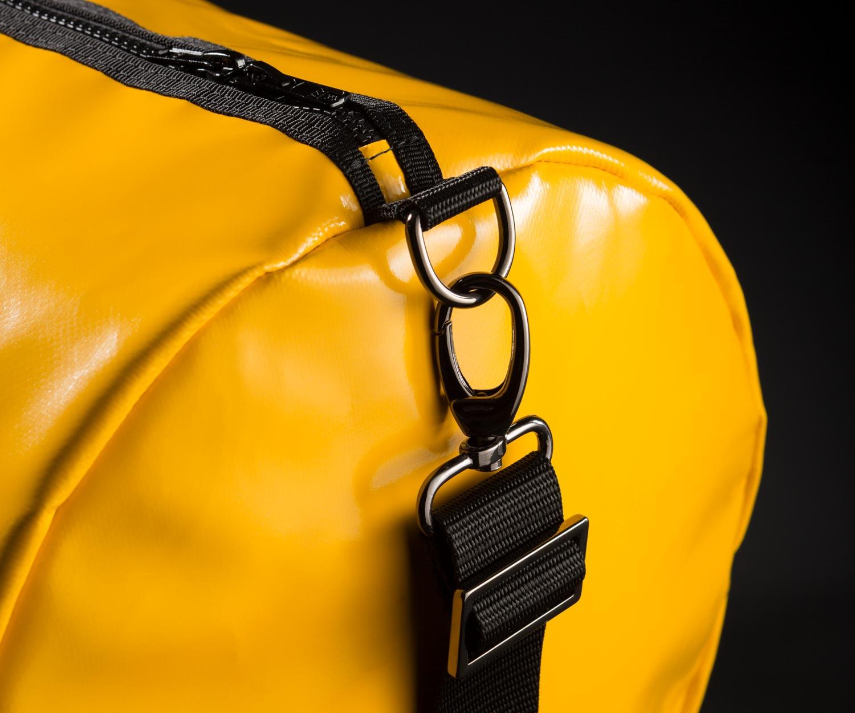 Breitkreuz Sporttasche aus gelbem Planenstoff Detailansicht
