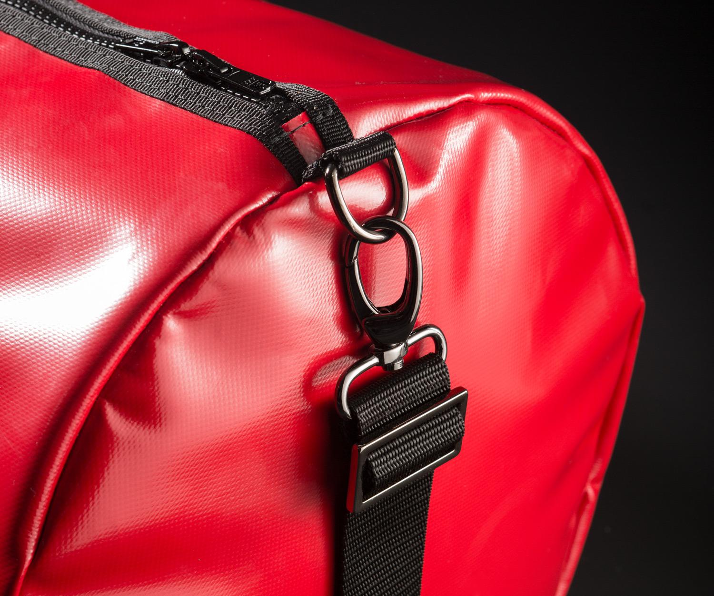 Breitkreuz Sporttasche aus rotem Planenstoff Detailansicht
